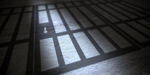 Condenado a 26 años de prisión por grabar y difundir imágenes de mujeres en una página web porno de Estados Unidos.